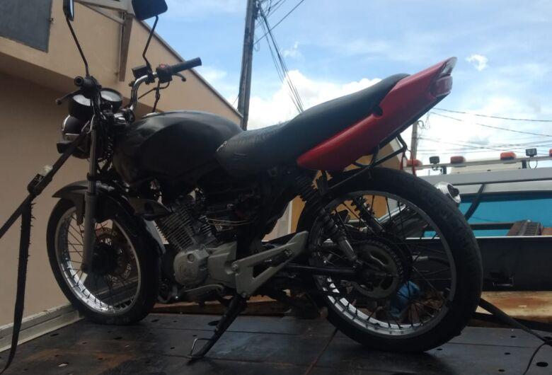 Adolescente com moto adulterada tenta fugir da polícia e acaba batendo em muro