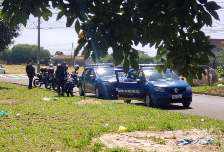 Guardas municipais apreendem drogas em placa de sinalização