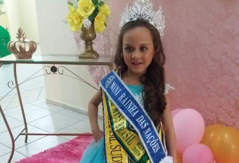 A pequena Ana Cláudia fatura o Mini Rainha das Nações