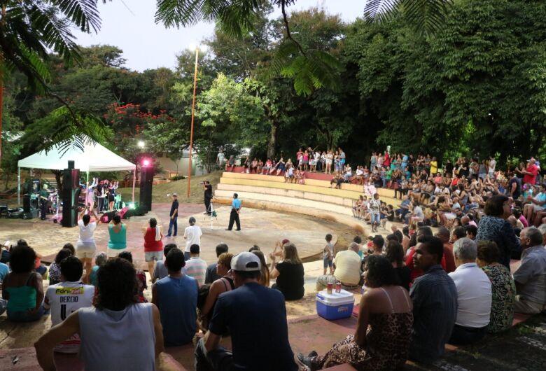 Banda Babilônia levanta o público no Bicão