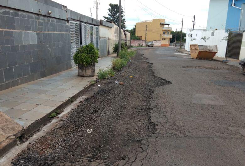 Moradores revoltados com abandono de rua no Jardim Beatriz