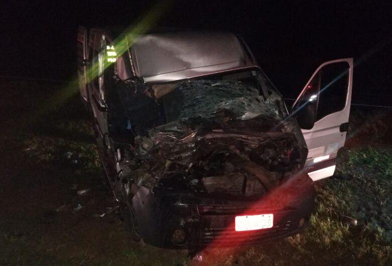 Van com estudantes bate na traseira de caminhão e dois morrem no interior de SP