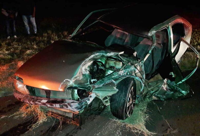 Homem fica gravemente ferido após ser arremessado para fora do veículo em colisão