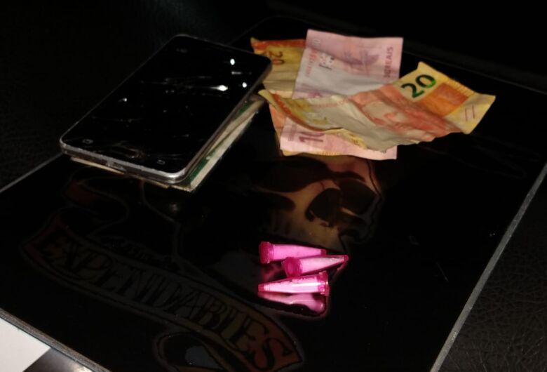 Adolescente é flagrado com celular furtado e cocaína