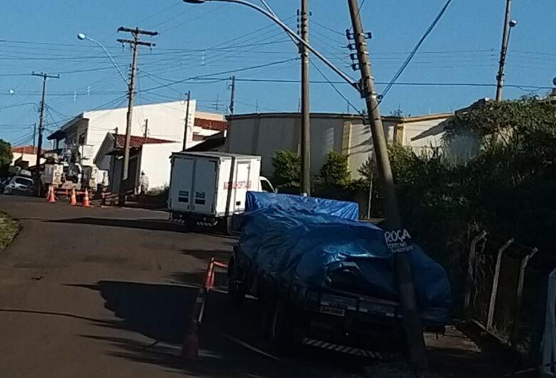 Caminhão perde freio e em marcha à ré colide em poste