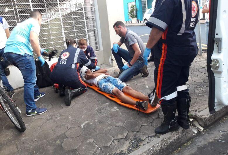Ciclista sofre queda no Centro