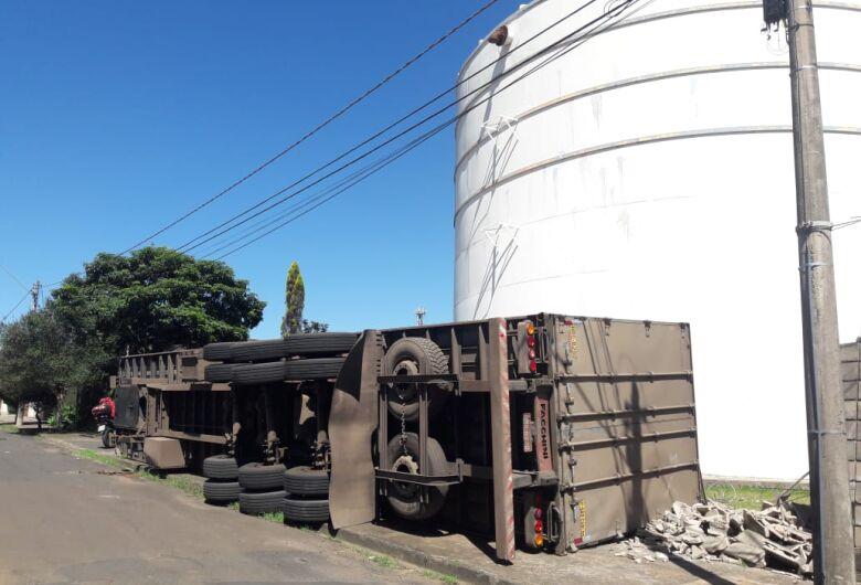 Asfalto cede e carreta carregada com ração tomba no Nova Estância