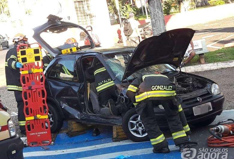 Violenta colisão arremessa carro contra poste no centro; um ferido