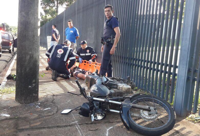Motociclista se assusta com carro e sofre queda na região da USP