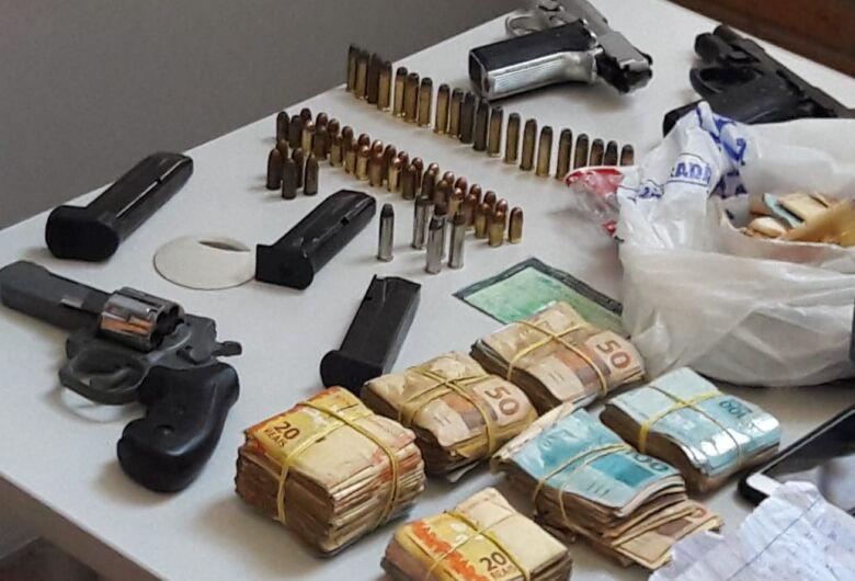 PM encontra armas, dinheiro e drogas em carro