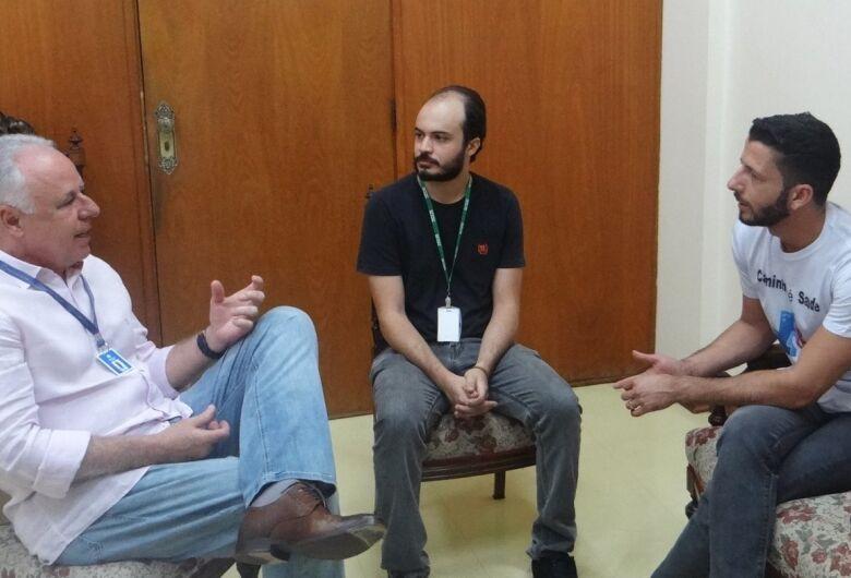 Falta de vagas na UTI e cirurgias eletivas são temas de reunião entre vereador Elton Carvalho e provedor da Santa Casa