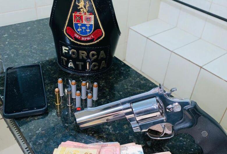 Homem é detido com revólver em boate