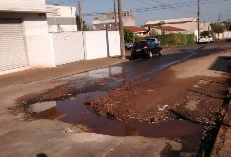 Cratera toma conta de rua no Jardim Santa Felícia