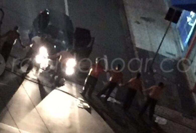Bandidos invadem agência bancária e fazem cordão humano com reféns em cidade da região