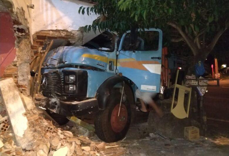 Caminhão desgovernado bate em duas casas no Santa Felícia