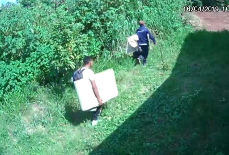 Câmera de segurança registra fuga de ladrões após furto em residência