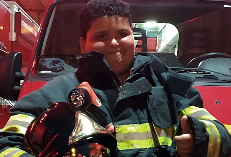 Garoto que sonha em ser bombeiro ganha festa de aniversário no quartel em São Carlos