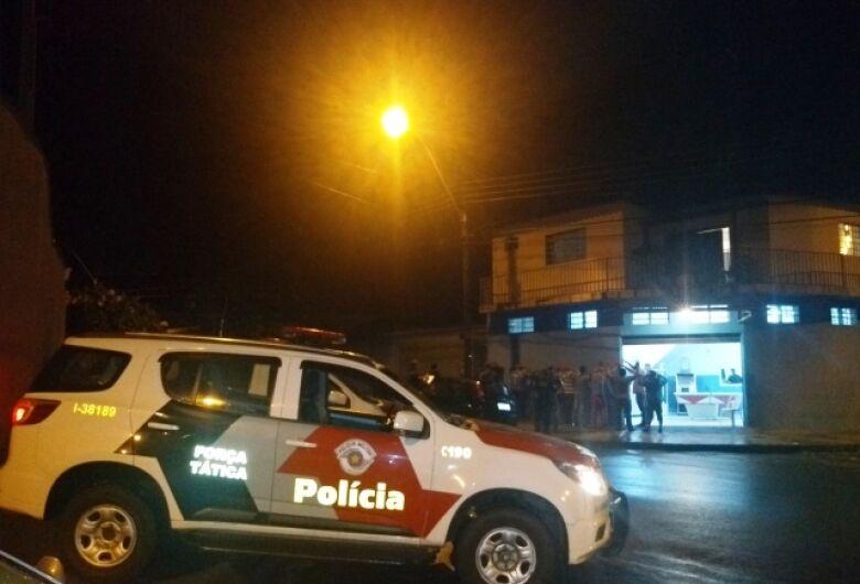 Em operação noturna, PM, GM e fiscalização interditam bar e festa em república