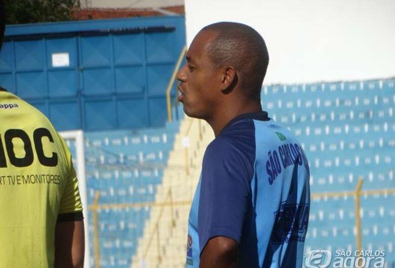 Gol no começo do jogo 'desmonta' esquema e São Carlos perde para a Ferrinha