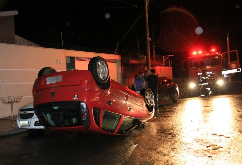 Motorista se distrai e capota carro no Itamaraty