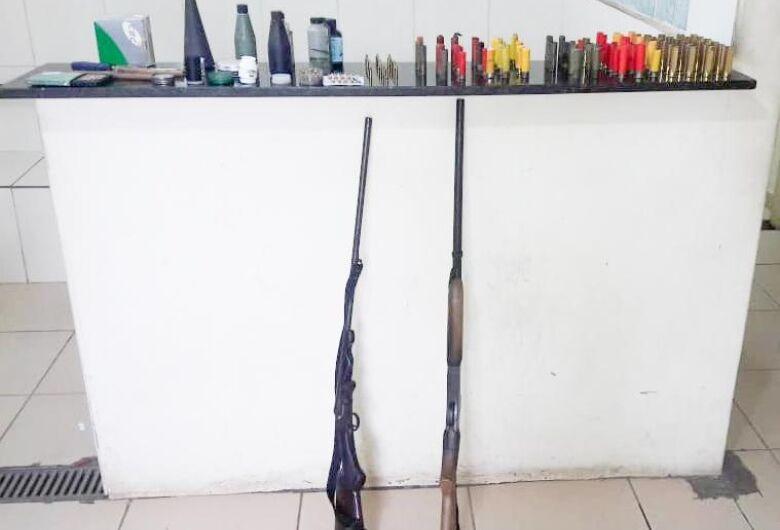 PM vai socorrer vítima de agressão e encontra armas de fogo em residência