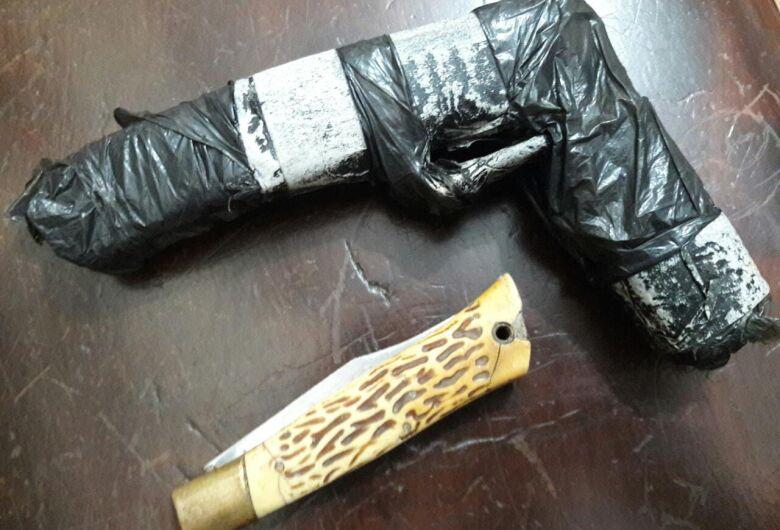 Polícia encontra canivete e réplica de arma com adolescentes