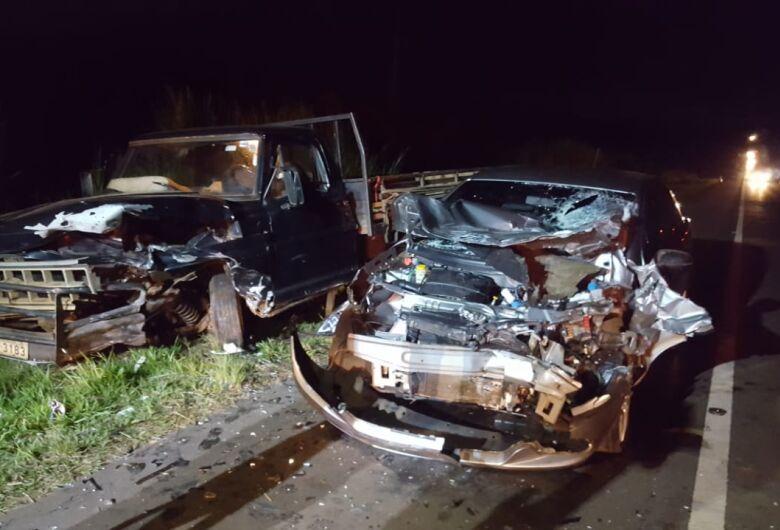 Quatro pessoas ficam feridas após colisão na SP-215; uma em estado grave