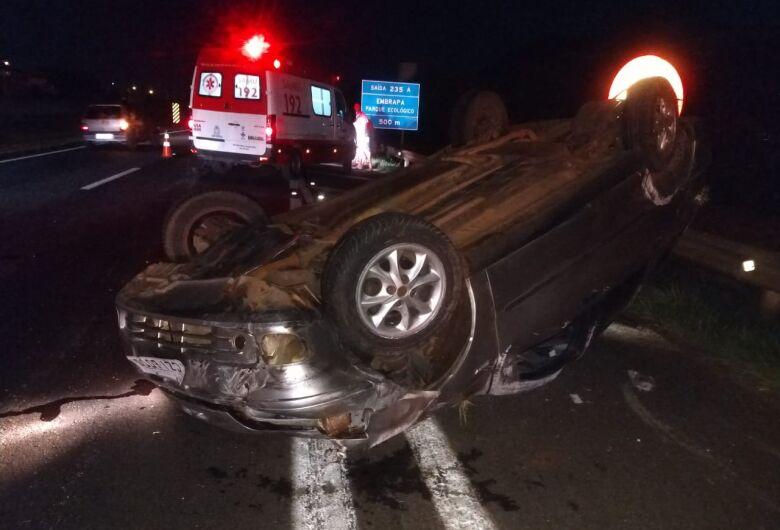 Após colisão, carros capotam e uma pessoa fica gravemente ferida na WL