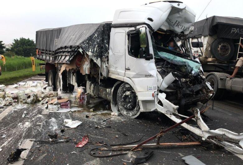 Colisão na Washington Luis deixa motorista de caminhão preso nas ferragens