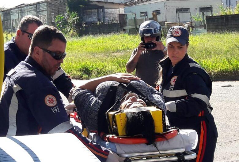 Motociclista cai após freada brusca para evitar colisão em caminhão