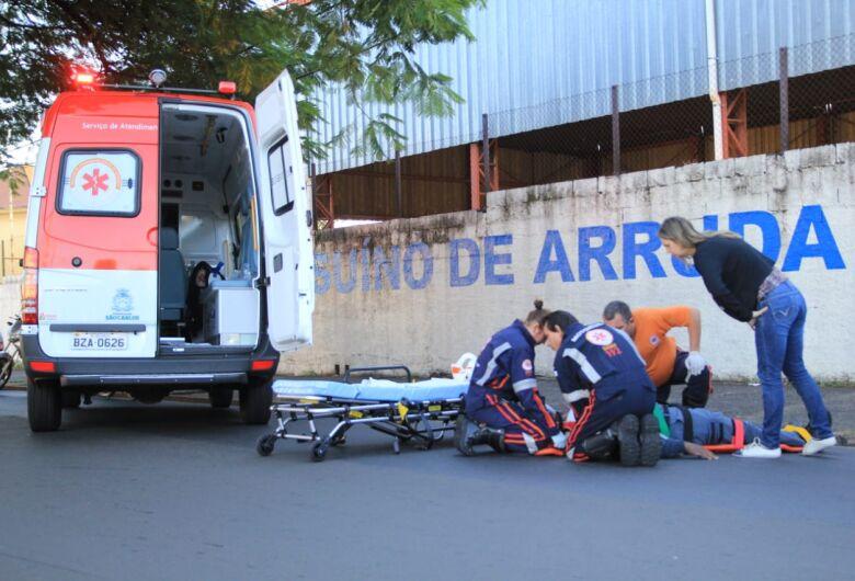Motociclista fica ferido após sofrer queda em frente à escola Jesuíno de Arruda