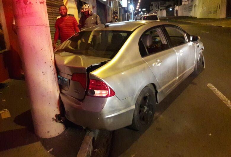 Motorista sofre ataque epilético ao volante e bate em poste