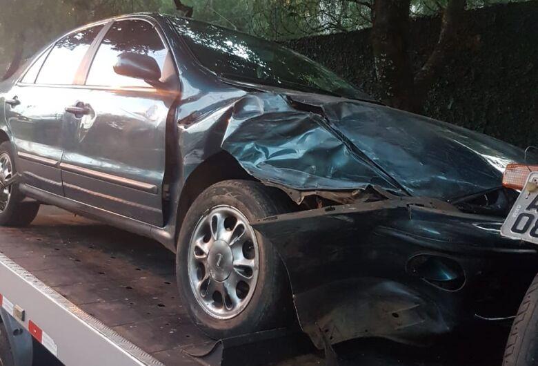 Motorista bêbado e sem CNH bate em dois carros estacionados no Boa Vista