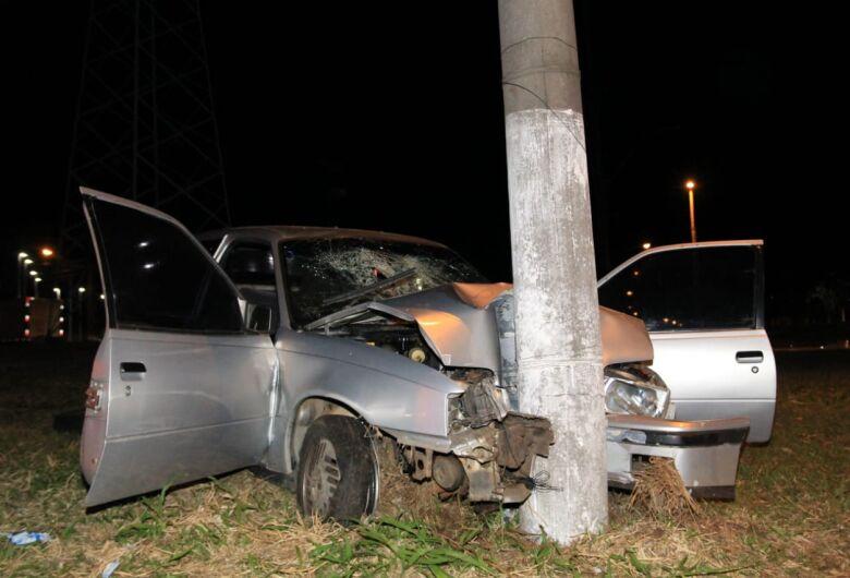 Cinco pessoas ficam feridas após carro bater em poste na rotatória do Cedrinho