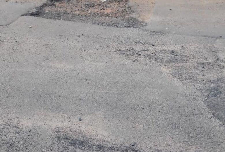 Morador fica cansado jogo de empurra-empurra e diz que rua está cheia de buracos no Santa Felícia