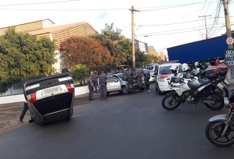 Após preseguição policial, bandidos causam capotamento e são detidos