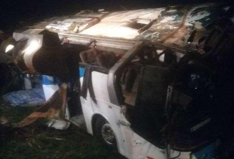 Três pessoas morrem e mais de 30 ficam feridas em acidente com ônibus no interior de SP