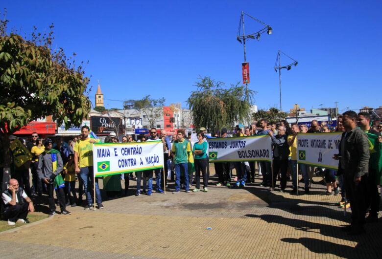 Manifestantes se reúnem na Praça do Mercado em ato pró-Bolsonaro