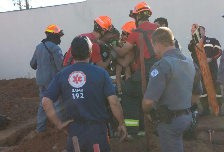 Garoto que ficou preso em buraco é retirado pelas equipes de socorro