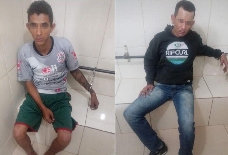 Dupla é detida no Douradinho desmanchando Uno furtado