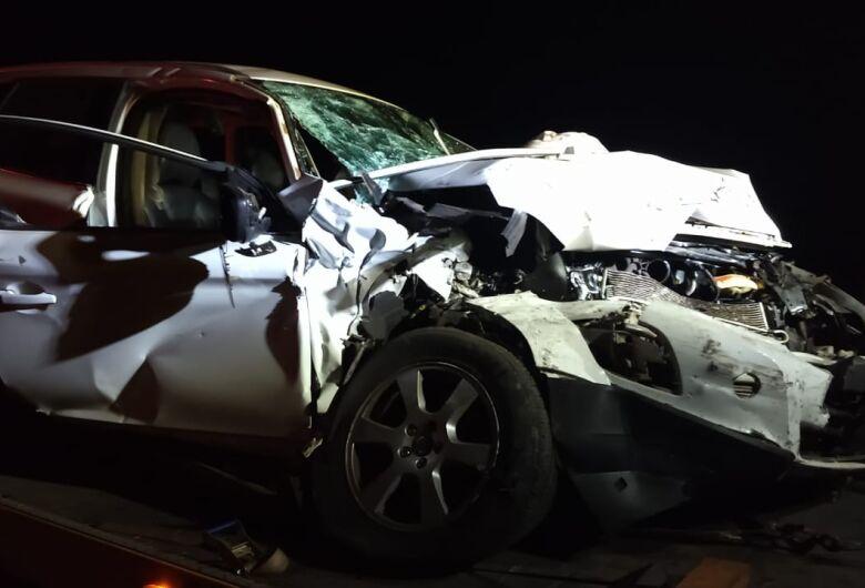 Colisão frontal deixa dois feridos na SP-215
