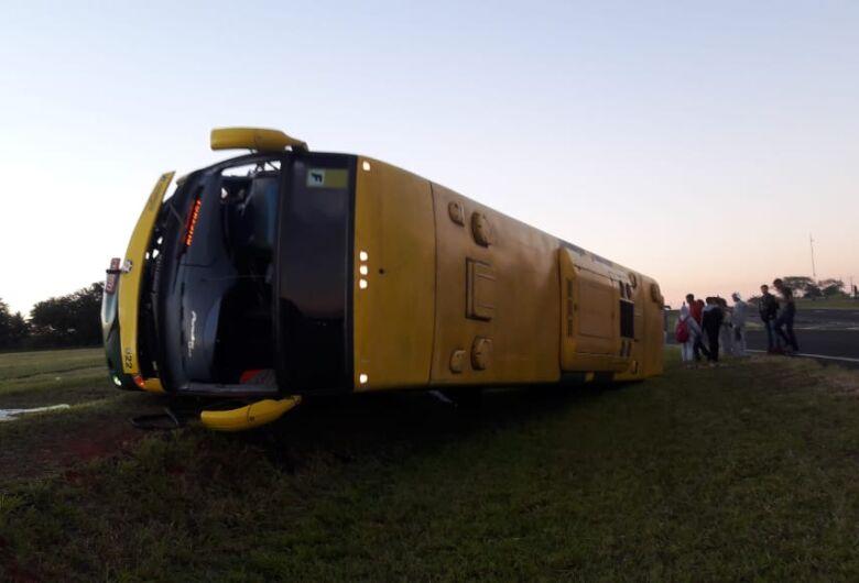 Ônibus que levava turistas para Olímpia tomba e motorista morre em estrada da região