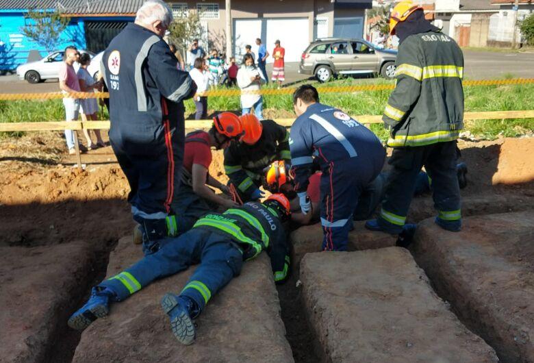 Garoto cai em buraco e Bombeiros e Samu tentam resgatá-lo