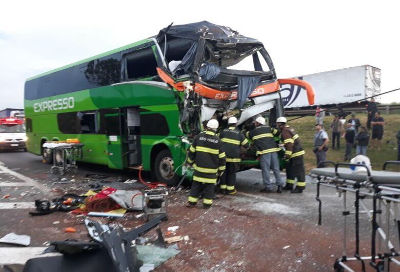 Colisão entre ônibus e caminhão deixa ao menos 17 feridos em estrada da região