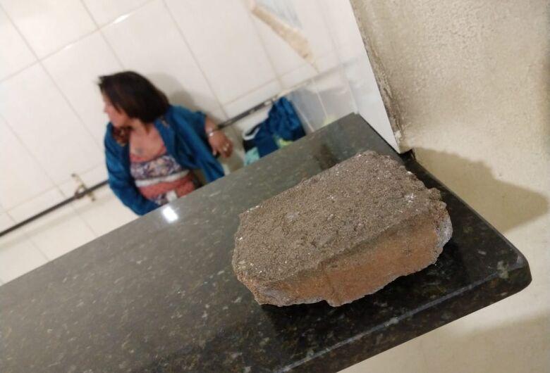 Mulher é detida após atirar pedra contra a viatura da Guarda Municipal
