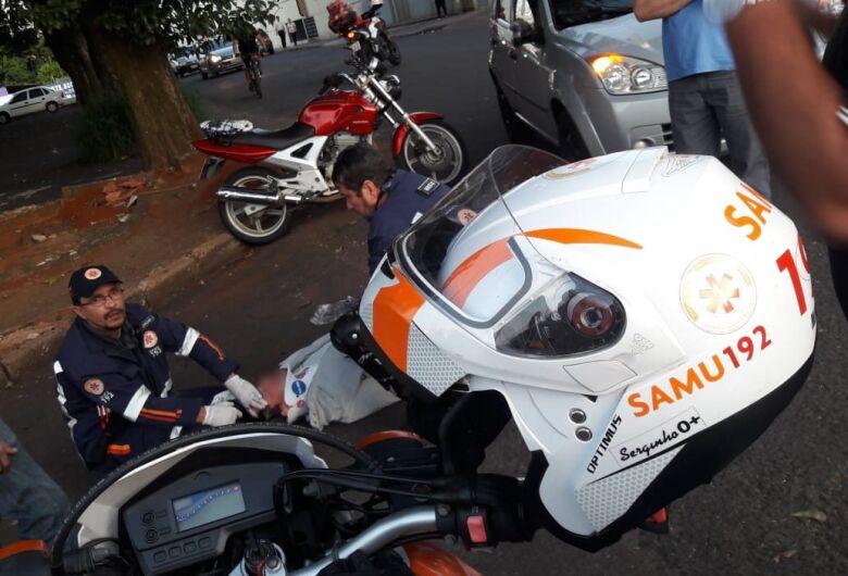 Motociclista bate em carro na Lagoa Serena