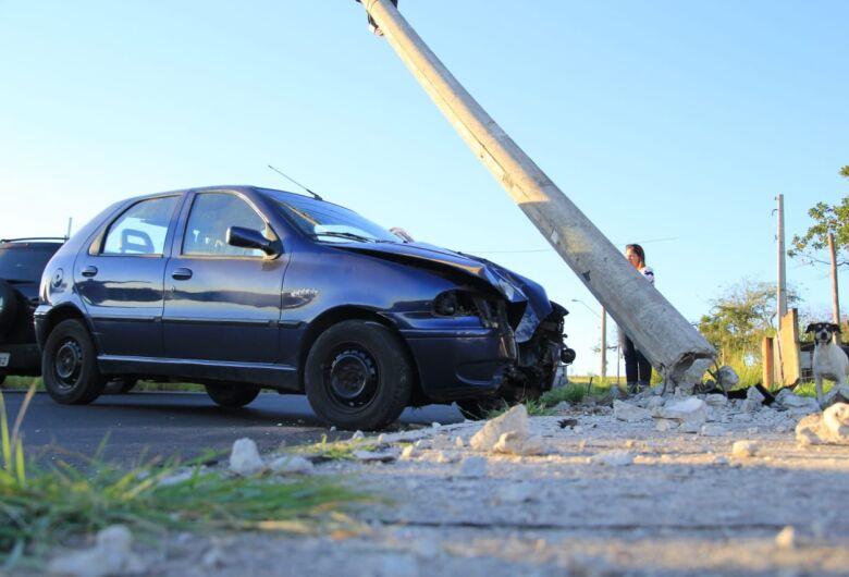 Motorista derruba poste em estrada municipal
