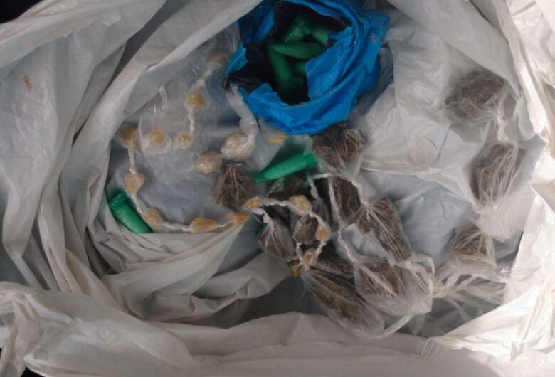 Traficante abandona sacola com drogas em frente a CEMEI ao ser flagrado pela GM