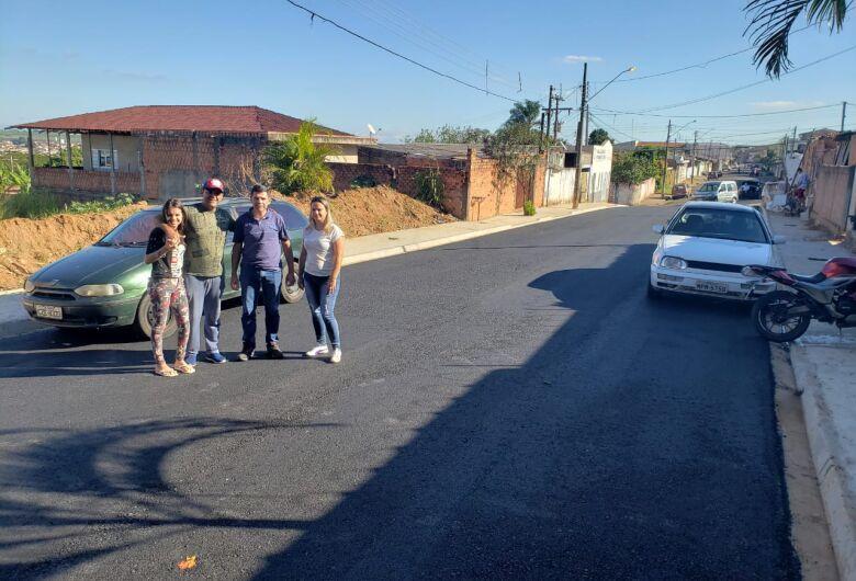 Após 30 anos de espera moradores comemoram pavimentação de Rua no Jardim Santa Teresa