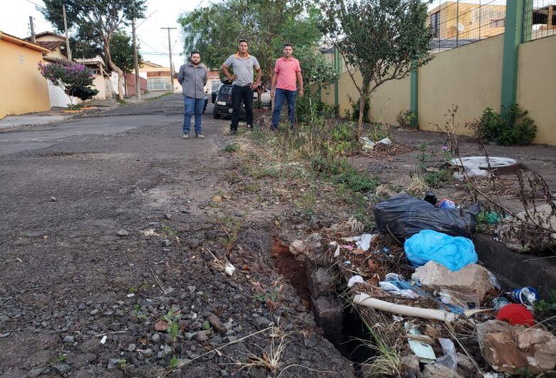 Vereador Edson Ferreira pede melhorias em rua ao lado do Cefa